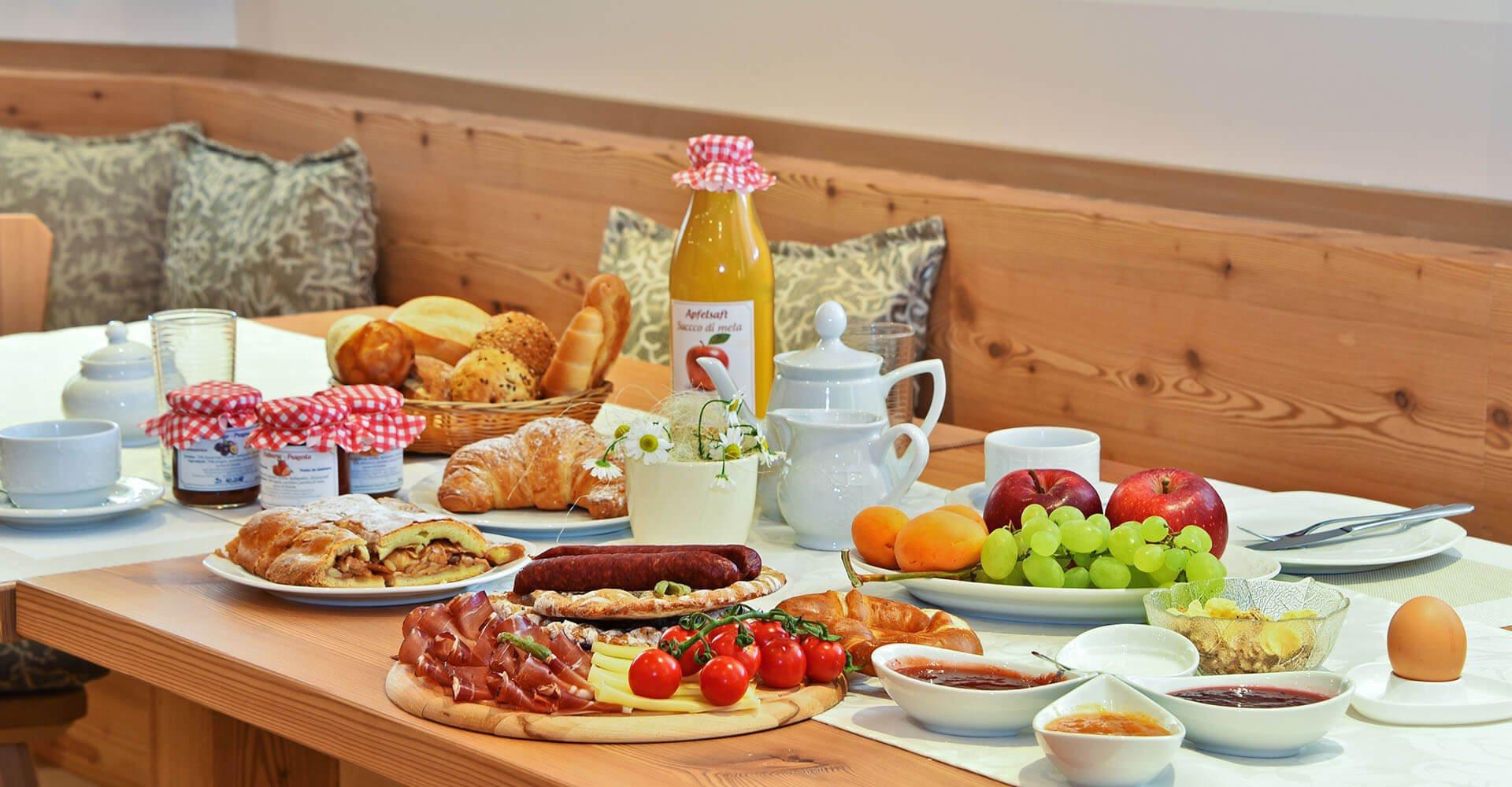 Frühstückskorb mit frischen Produkten | Frühstück in hofeigener Hausbar