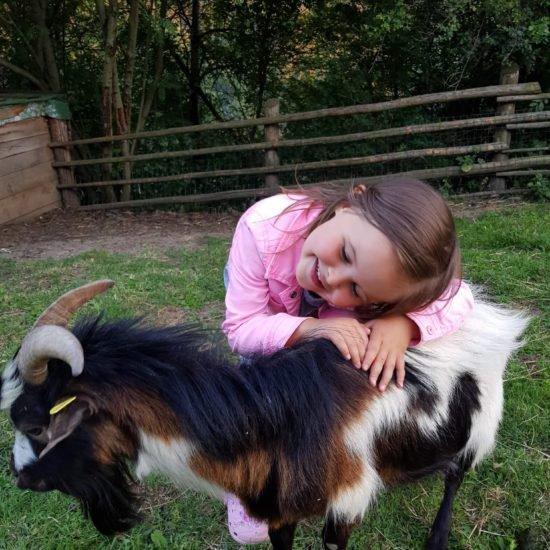 Leonie mit Bock